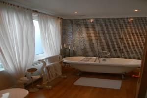 Kingbed room with Bath ensuite no shower
