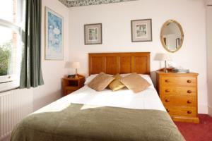 Single en-suite room with shower (7)